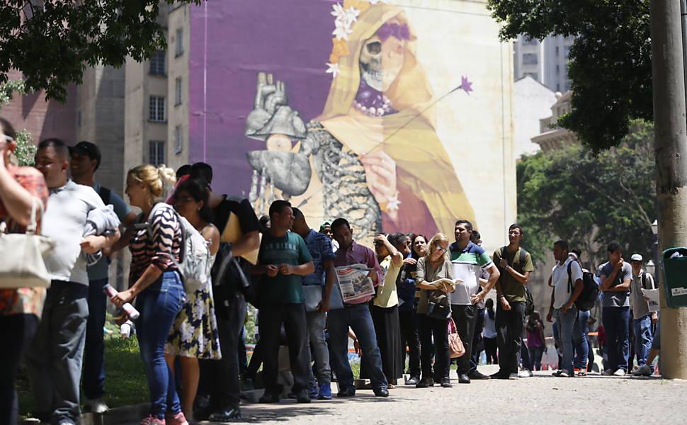 Fila reúne mais de 5000 pessoas à procura de emprego no centro de SP