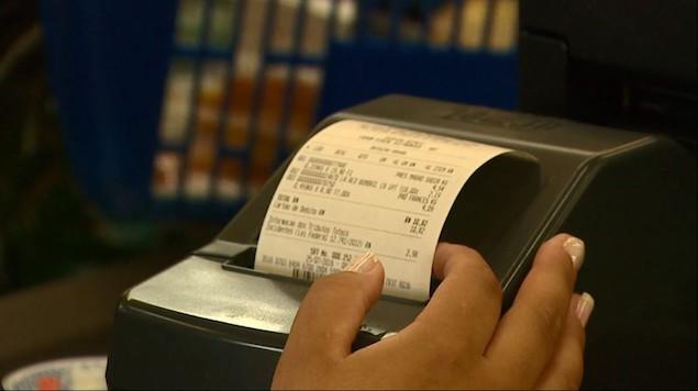 Pesquisa diz que 74% dos consumidores não sabem o quanto pagam de imposto nas compras